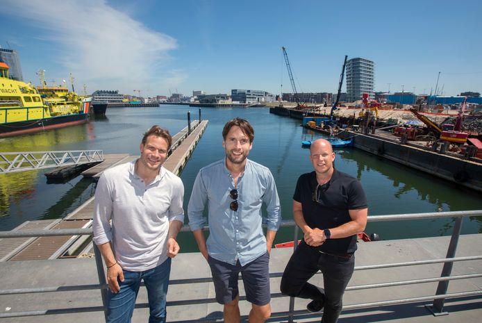 Dirk Taat, Jente van der Velden en Vincent de Wit op de plek in de Derde Haven van Scheveningen, het oude Norfolkterrein, waar hun 54 meter lange metalen zeilschip kan liggen als hotel voor surfers, water- en strandsporters en gezinnen.