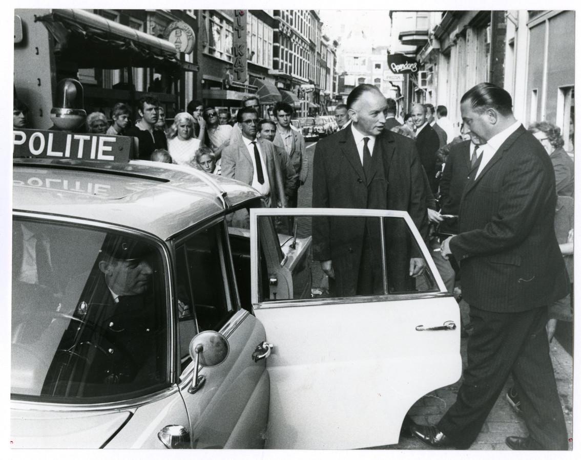 In de Herenstraat nodigt een politieman in burger één van de aanwezige gokkers uit om in te stappen.