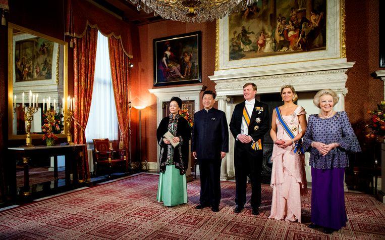 Soms schuift de oud-koningin nog aan bij staatsbezoeken, hier bij het bezoek van de Chinese president Xi Jinping en zijn echtgenote Peng Liyuan in 2016. Beeld ANP