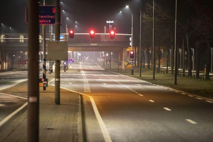 Niemand wacht voor het stoplicht in Oldenzaal.