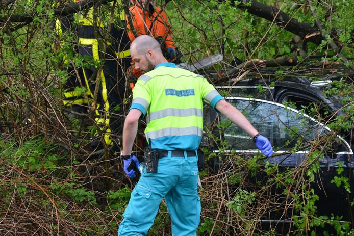 Hulpdiensten bij de auto in de bosjes in Strijbeek.
