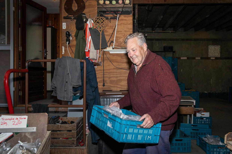 Leen Gijzenberg in de boerderijwinkel.