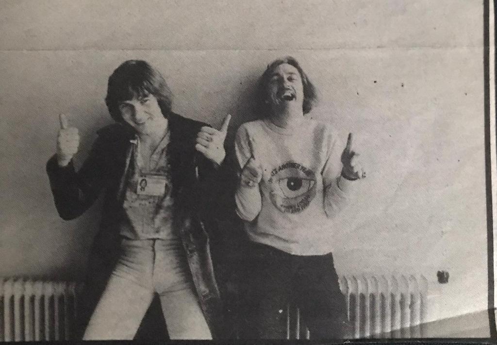 Johnny Logan (l) en Shay Healy, de schrijver van het nummer What's another year, in 1980 ergens in de catacomben van het Congresgebouw in Den Haag. Het was de week van het Songfestival, de fotograaf vroeg hen de duimen omhoog te houden voor het geval ze een goed resultaat zouden behalen.