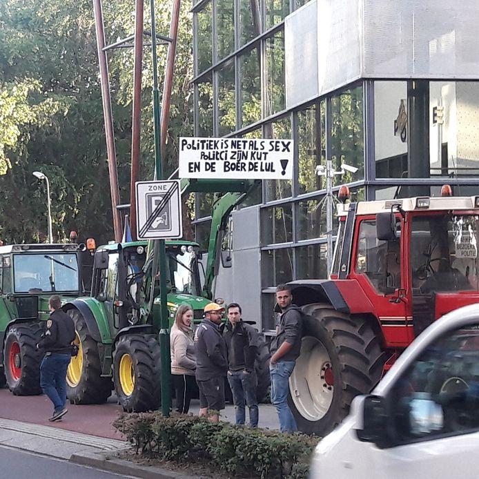 Boze boeren doen in Veenendaal aangifte tegen minister Schouten van Landbouw.