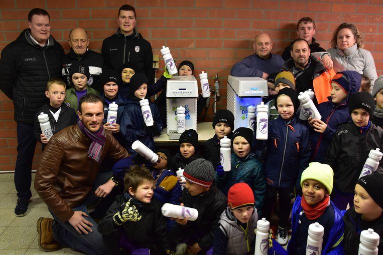 Sporters kunnen voortaan hun drinkwaterfles bijvullen aan zes wateraftakpunten in Harelbeke.  Enkele jeugdspelertjes van KRC Harelbeke namen de wateraftakpunten aan de achterkant van het Forestierstadion alvast in gebruik.