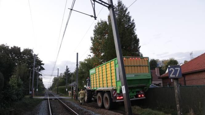 Tractor botst tegen portiek van bovenleiding spoorweg, treinverkeer onderbroken