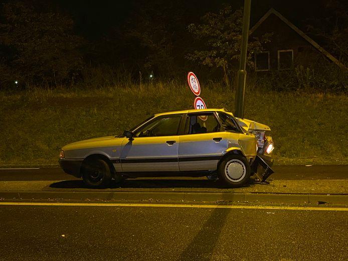 Automobilist botst achterstevoren op lichtmast op Structuurweg in Schijndel.