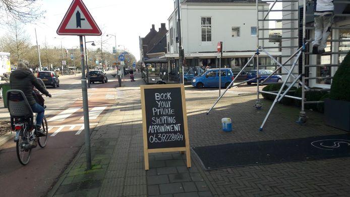 Oproep tot 'private shopping' bij een ondernemer  van de winkelstrip langs de Utrechtseweg in Oosterbeek, toegestaan door de regering vanaf 3 maart.