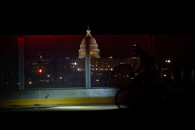 Het Capitool, gezien door een veiligheidsscherm.  Beeld AFP