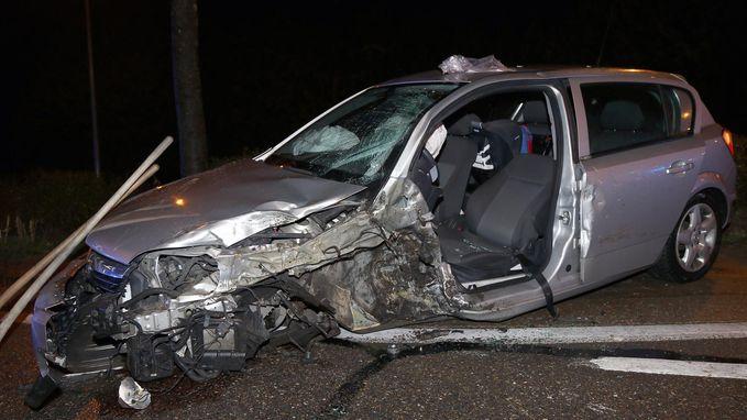 Man (30) gewond na knal tegen boom