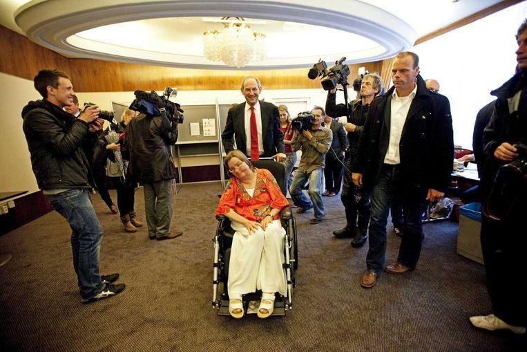 Job en Lidie Cohen in 2009. Lidie stelde ooit voor dat politici eens met haar op stap zouden gaan, om te zien hoe het is voor rolstoelpatiënten in een stad. Beeld ANP