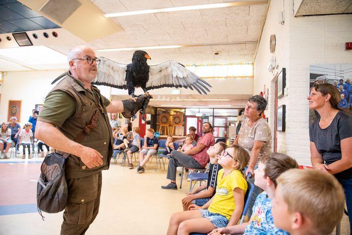 Gerrit Zandvoort toont één van zijn reusachtige vogels.