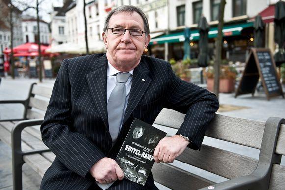 Luk Serré met zijn boek over de ramp in 2009.