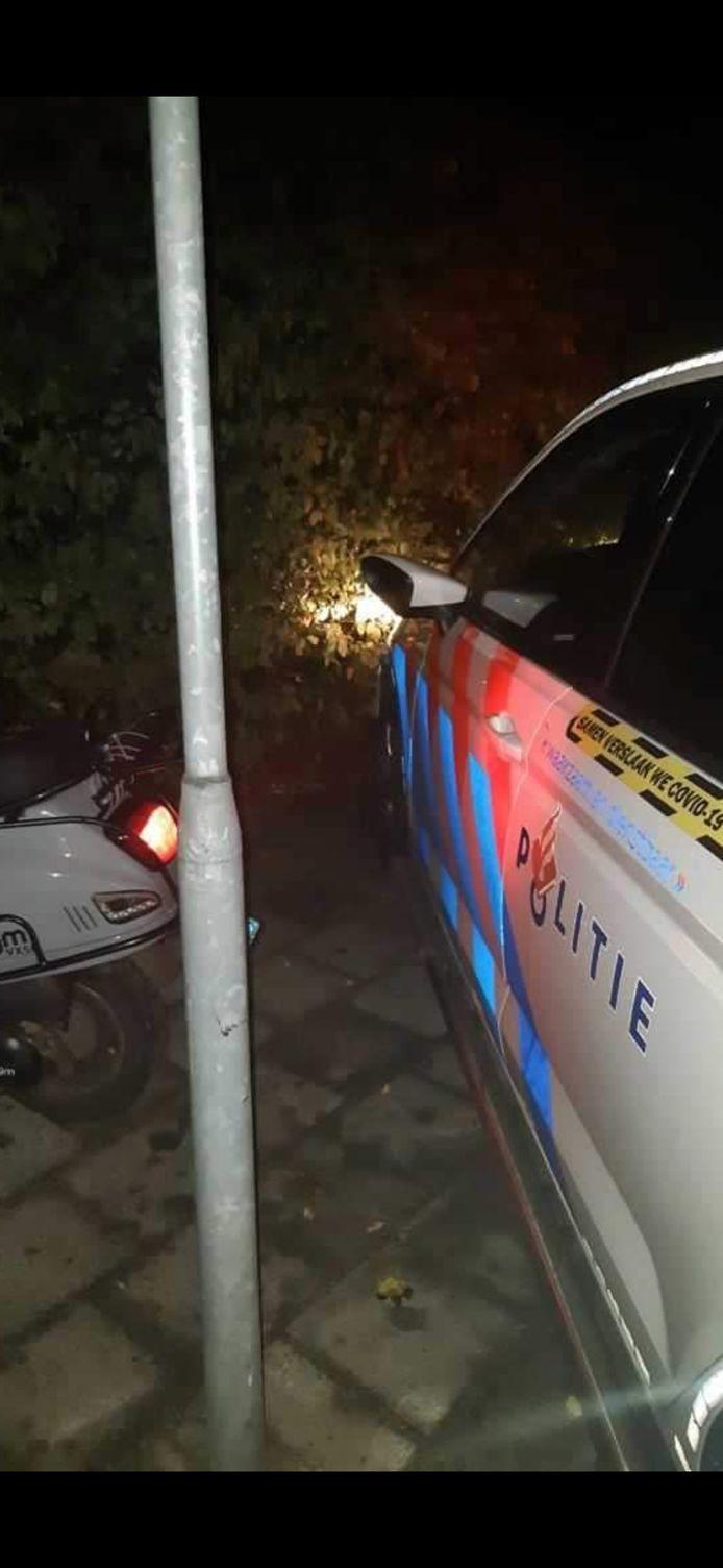 De scooterrijder werd klemgereden door de politie en raakte daarbij een verkeerspaal. Hij kwam met de schrik vrij.