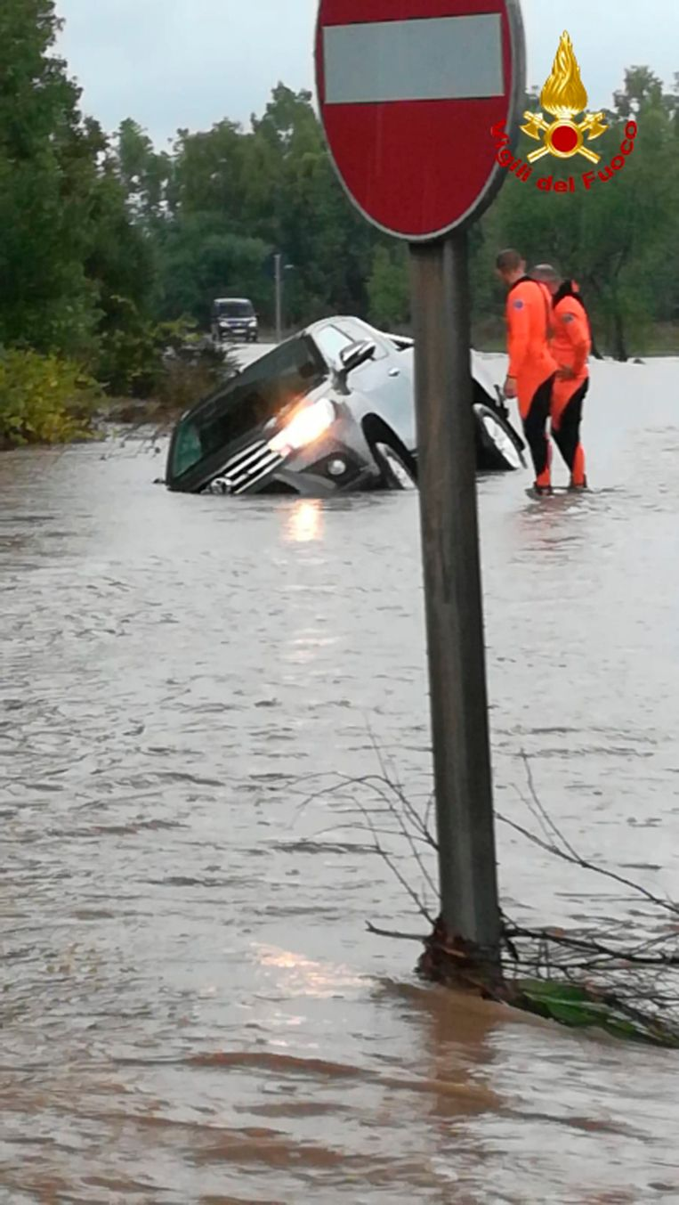 Auto's reden zich vast in het water.