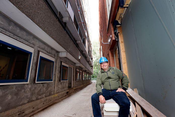 Johan Ruijzing tussen de twee gebouwen.