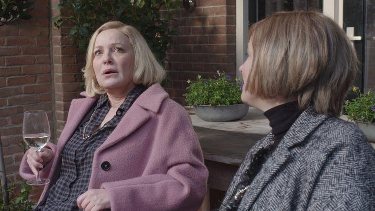 Twee vriendinnen (Ellen Pieters en Lies Visschedijk) drinken koffie in de tuin als hun gesprek plotseling wordt overstemd door de gebedsoproep van de moskee.   Beeld NPO