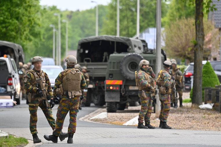 Militairen aan het Nationaal Park Hoge Kempen in Dilsen-Stokkem, waar gisteren tevergeefs werd gezocht naar de Jürgen Conings. Beeld BELGA