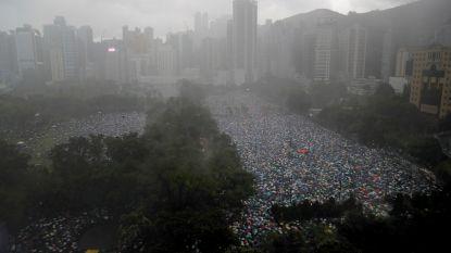 """""""1,7 miljoen demonstranten"""" komen ondanks gietende regen op straat in Hongkong"""