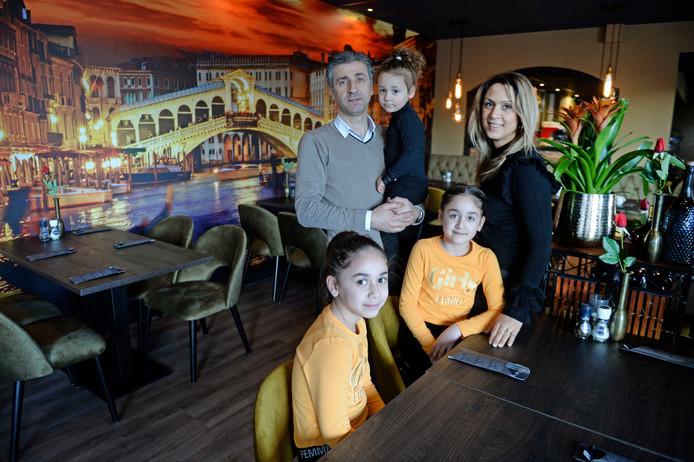 Ebo en Christina Basmaci met hun kinderen in het nieuwe restaurant.