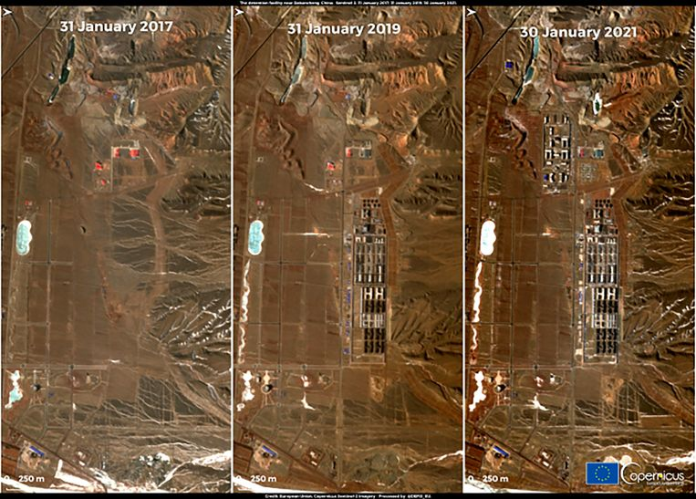 Satellietbeelden van Xinjiang, waar detentiecentra zijn verrezen. Beeld AP