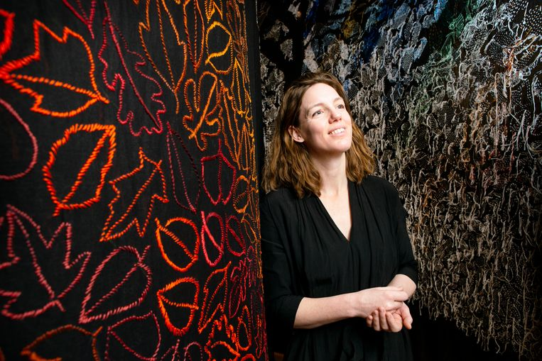 Kunstenaar Sara Vrugt werkte een jaar lang met meer dan duizend vrijwilligers aan een geborduurd bos van 100 vierkante meter. Het project ontstond vanuit haar zorgen om het klimaat. Beeld Pauline Niks