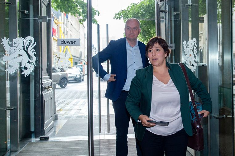 Groen-voorzitter Meyrem Almacien haar uitdager Björn Rzoska net voor een ontmoeting met Vlaams formateur Bart De Wever (N-VA) eind mei. Beeld Photo News