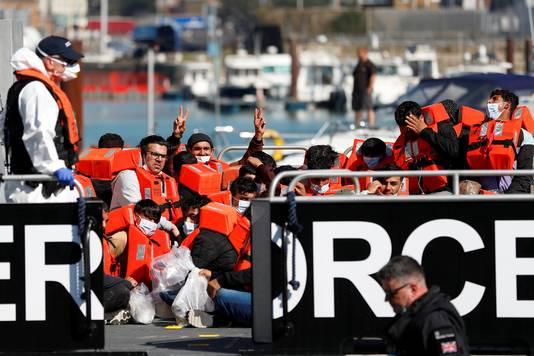 Migranten die gered zijn door de Border Force op Het Kanaal.
