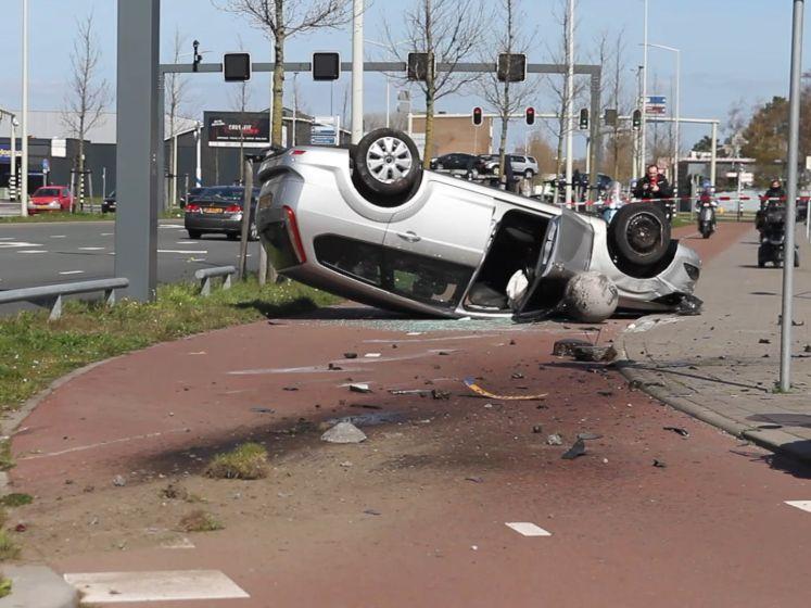 Auto komt ondersteboven op fietspad terecht na botsing op Binckhorstlaan