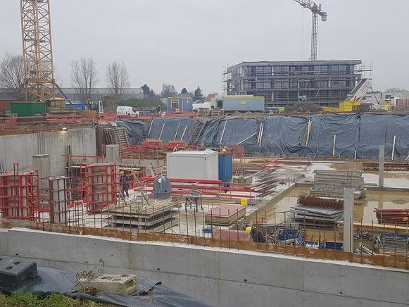 Recht tegenover het station zijn de grondwerken voor de bouw van het nieuwe Kunstencentrum volop bezig.