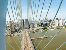 Unieke beelden: zo dreef de 139 meter hoge pyloon naar de Erasmusbrug. 'Magnifiek!'