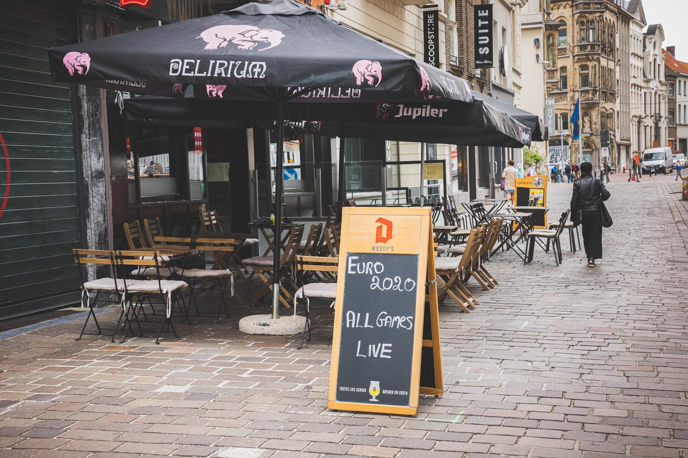 Om een stoepbord te mogen plaatsen, zoals hier in de Hoogpoort, moet je normaal gezien 60 euro per jaar betalen.