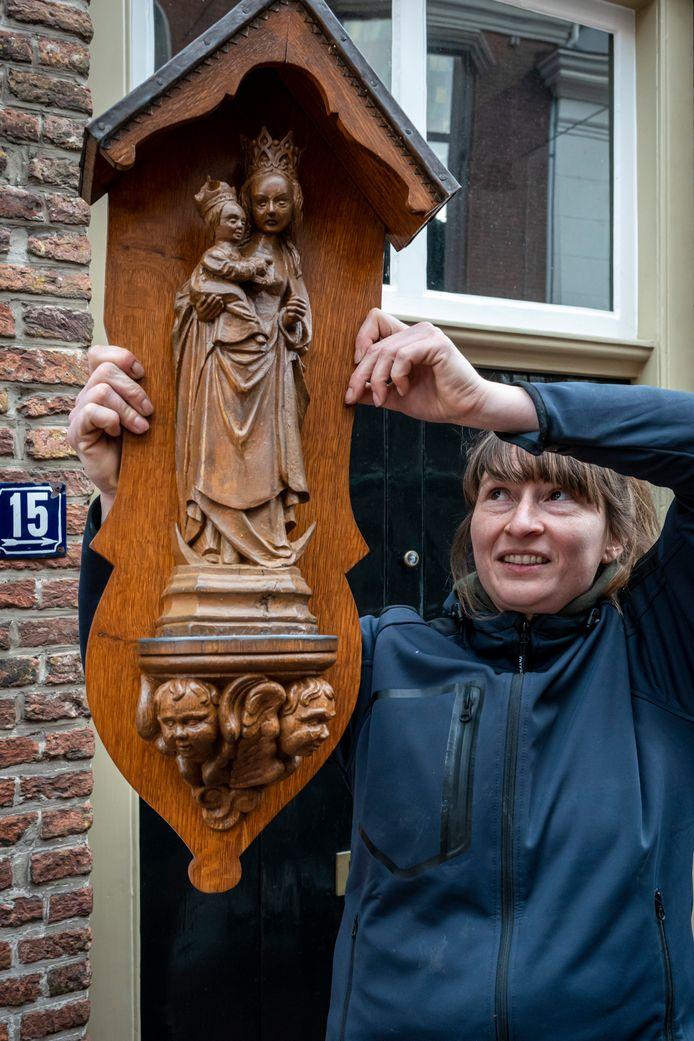 Houtrestaurator Suzanne Peters met het door haar gerestaureerde Mariabeeld.