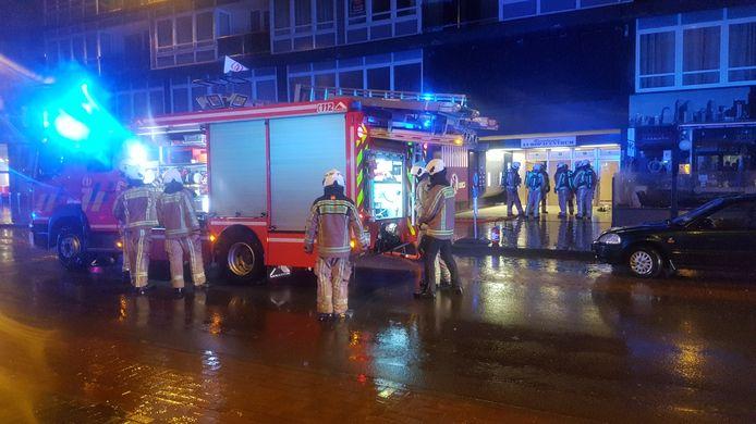 De brandweer bij het Europacentrum in Oostende, waar brand uitbrak in de kelder.