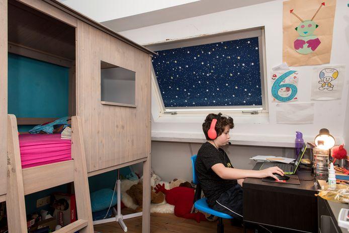 Storm ( 10 ) uit Tiel zit in groep 7 van basisschool De Achtbaan. Hij volgt de les vanuit zijn slaapkamer.