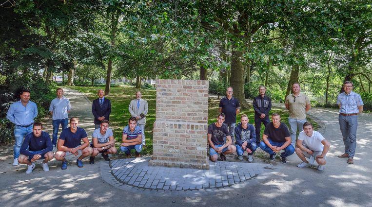 De leerlingen van het 7de jaar  restauratie maakten de sokkel voor het monument.