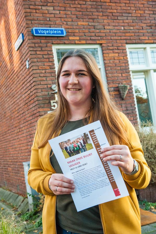 Benthe Oosterwijk met haar zelf ontworpen informatiefolder over reanimeren.