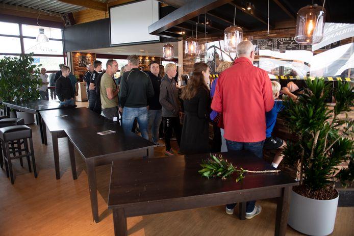 Een rij tafels en planten vormt bij FC Zutphen de scheiding tussen afhalen en blijven zitten in de kantine.