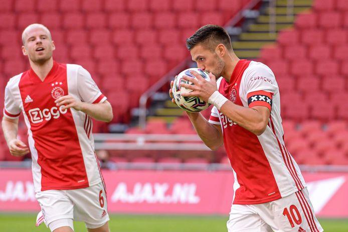 Dusan Tadic kust de bal na zijn benutte strafschop tegen Heerenveen.
