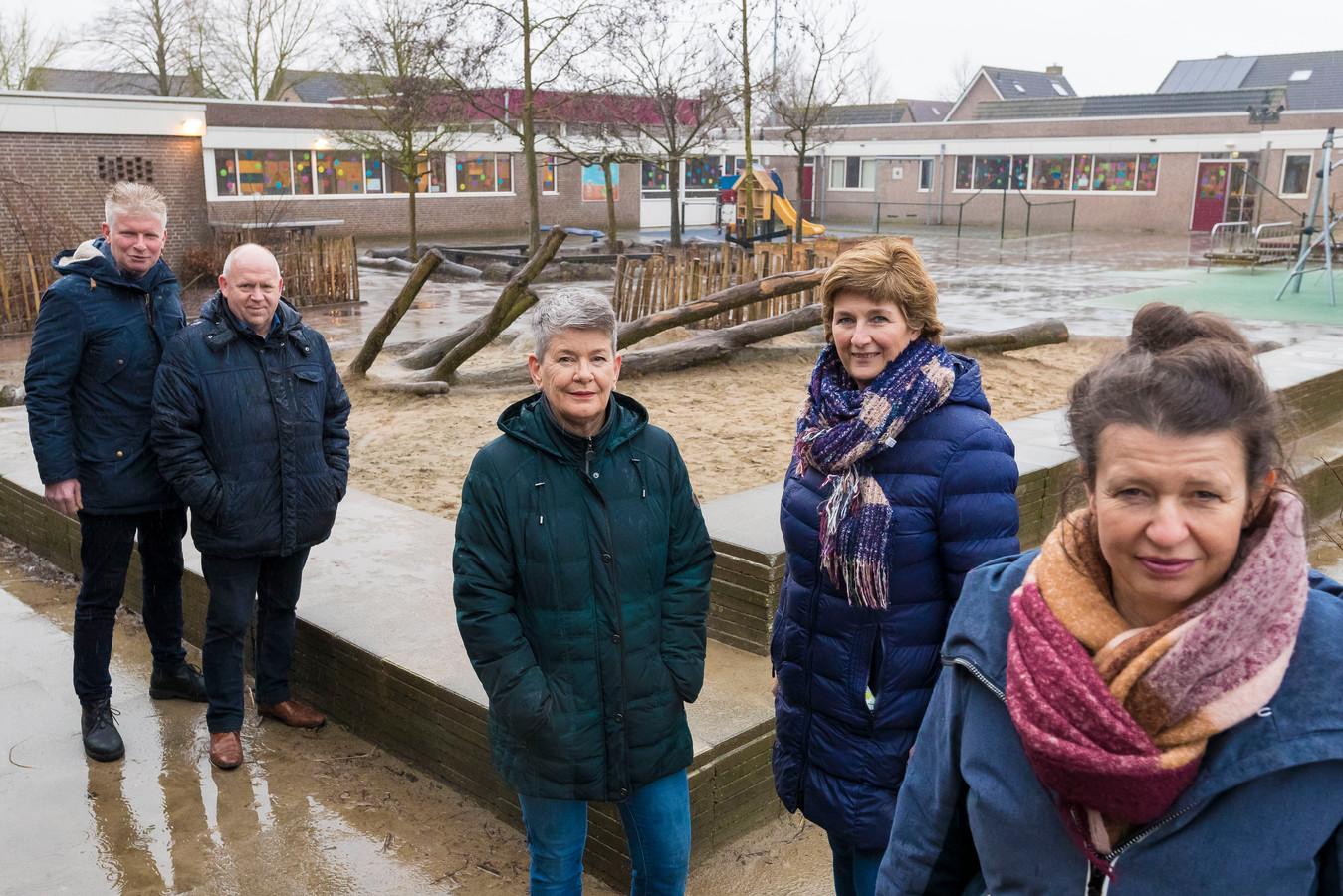 En aantal vrijwilligers van Kansrijk Elshout, bij de Th.J. Rijkenschool. Vlnr. Joost Muskens, Casper van de Brandt, Geraldine Kwetters, Christine van den Besselaar en Yvonne Simons.