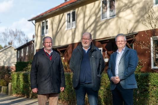 Jan van Trijen (Dorpsraad), Wout Huijgens (Heemkundekring Halchtert) en Marc van der Steen (Woningcorporatie Stadlander) bij de zes Zweedse woningen in Halsteren, waarvoor een koper wordt gezocht.