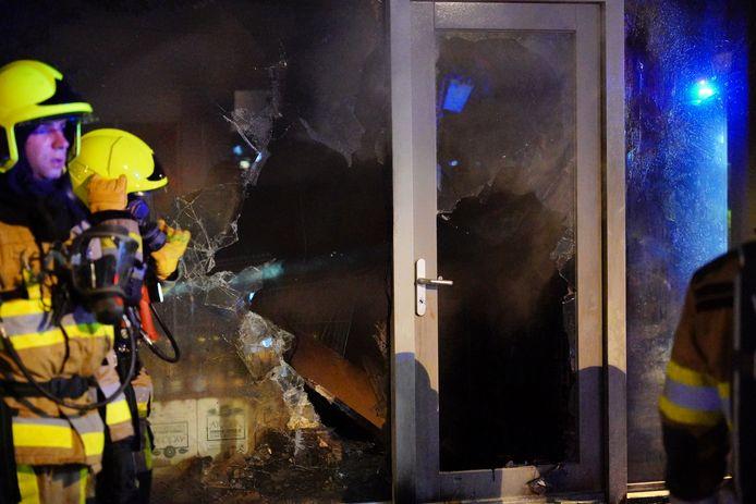 Bij een winkel aan de Spoorstraat in Wijchen is in de nacht van woensdag op donderdag een brand uitgebroken