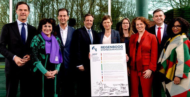 Politici van links tot rechts vonden elkaar in het Regenboog Stembusakkoord, in de aanloop naar de Kamerverkiezingen.  Beeld ANP