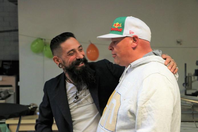 Oprichter van 't Anker Leslie Smits met begeleider Robin Schuuring. Robin had zelf een hele lastige jeugd en een drugsverleden, maar helpt nu anderen binnen de stichting.