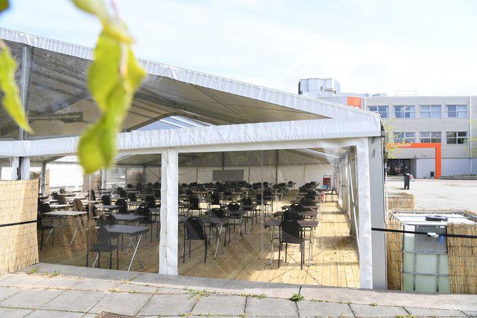 Op het Graaf Engelbrecht in Breda vinden examens plaats in een grote tent die op het schoolplein staat.