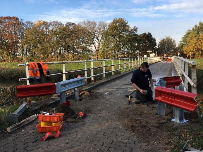 Omdat (te) zware voertuigen toch over de zwakke brug aan de Deutersestraat rijden, nam Vught extra maatregelen.