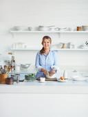 Donna Hay (49) is tv-kok, voedselstylist en auteur van 27 kookboeken, waaronder veel bestsellers. Sinds 2011 heeft ze haar eigen kookshow Fast, Fresh, Simple die is te zien bij 24Kitchen.