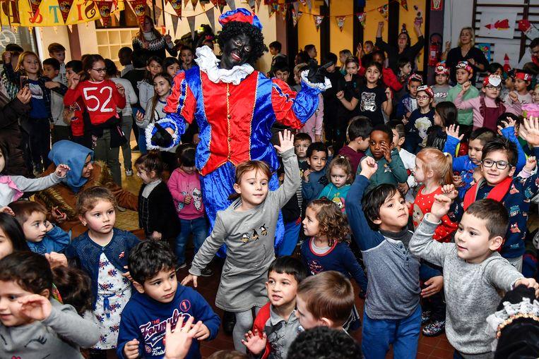 De pieten dansten met de kinderen.