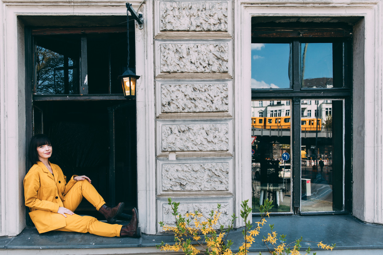 Laura Jansen. Haar & make-up:  Nathalie Gros, locatie: Café Mano, Kreuzberg, Berlijn. Beeld Marlena Waldthausen