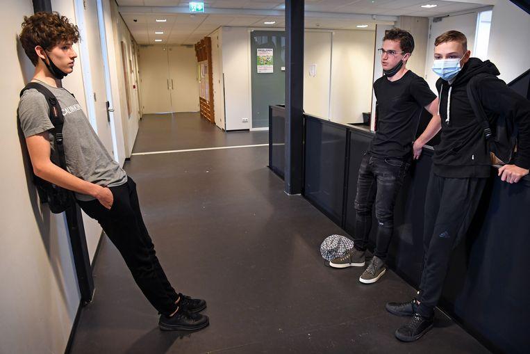 Eindexamenleerlingen van Het Augustinianum in Eindhoven bij de ingang van de gymzaal waar het examen zal plaatsvinden. Beeld Marcel van den Bergh/de Volkskrant